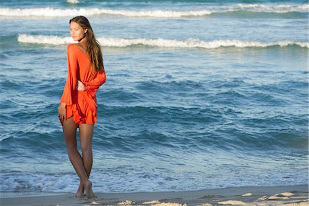 Young woman standing on beach Fotografie stock - Premium Royalty-Free, Codice: 632-05817018