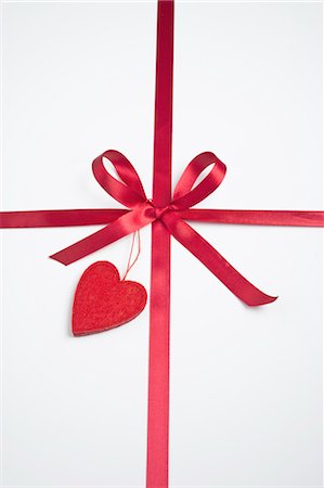 Gift decorated with ribbon and heart Stock Photo - Premium Royalty-Free, Code: 632-05991342