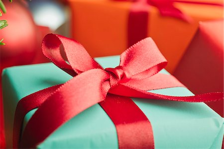 present wrapped close up - Festively wrapped Christmas gift, close-up Stock Photo - Premium Royalty-Free, Code: 632-06118480