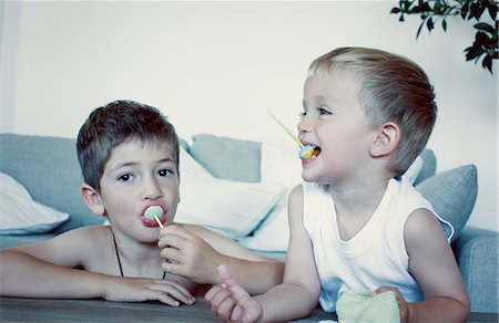 Young boys eating lollipops Stock Photo - Premium Royalty-Free, Code: 632-06317551