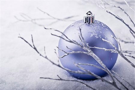 Christmas bauble in snow Stock Photo - Premium Royalty-Free, Code: 632-06354179
