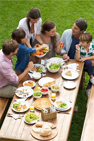 Family and friends gather for weekend picnic Stock Photo - Premium Royalty-Free, Code: 632-08001659