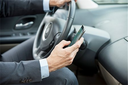 Text-messaging while driving Stock Photo - Premium Royalty-Free, Code: 632-08001882