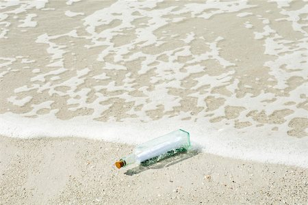 Message in a bottle washed up on shore Stock Photo - Premium Royalty-Free, Code: 632-03630253