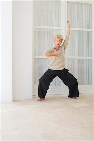 Mature woman practicing tai chi chuan Stock Photo - Premium Royalty-Free, Code: 633-06354804