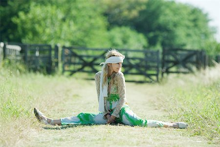 Young woman doing splits in rural field Stock Photo - Premium Royalty-Free, Code: 633-01714134