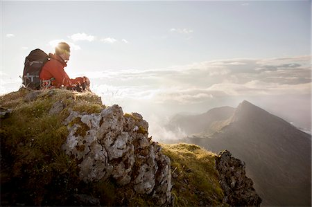 Hiker overlooking view from mountaintop Foto de stock - Sin royalties Premium, Código: 649-05522391