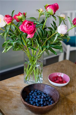 peony - Bowls of fruit with vase of flowers Stock Photo - Premium Royalty-Free, Code: 649-05801054