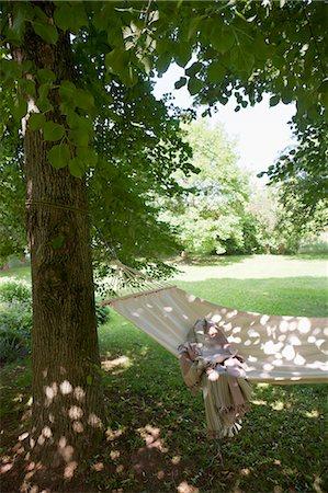 Blanket in backyard hammock Stock Photo - Premium Royalty-Free, Code: 649-05819801