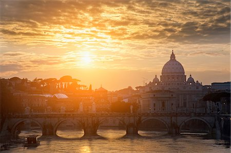 St Peters Basilica and bridge on canal Stock Photo - Premium Royalty-Free, Code: 649-05821274