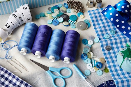 Thread, buttons, measuring tape on desk Stock Photo - Premium Royalty-Free, Code: 649-05950268