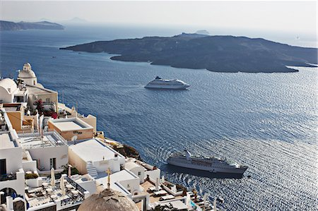 Aerial view of cruise ships on coast Stock Photo - Premium Royalty-Free, Code: 649-06001735
