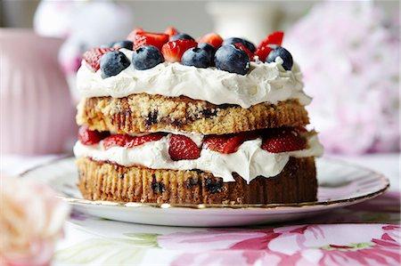 dessert - Plate of fruit and cream cake Stock Photo - Premium Royalty-Free, Code: 649-06112847