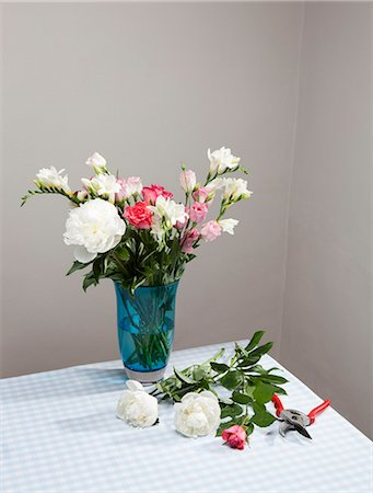 Cut flowers with bouquet in vase Stock Photo - Premium Royalty-Free, Code: 649-06352576