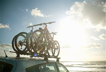 Bicycles attached to roof of car Stock Photo - Premium Royalty-Free, Code: 649-06400395
