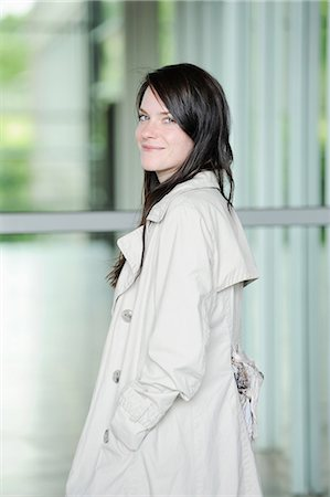 Smiling woman wearing trench coat Fotografie stock - Premium Royalty-Free, Codice: 649-06400651