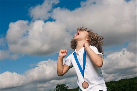 Girl with medal cheering outdoors Foto de stock - Sin royalties Premium, Código: 649-06432507