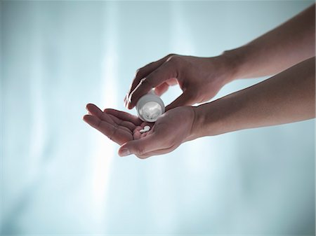 Hand shaking pills from bottle Stock Photo - Premium Royalty-Free, Code: 649-06432979