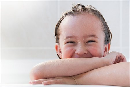 Smiling girl sitting in bath Stock Photo - Premium Royalty-Free, Code: 649-06489047
