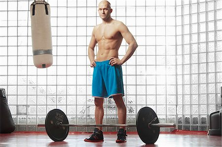Man standing with weights in gym Foto de stock - Sin royalties Premium, Código: 649-06622495