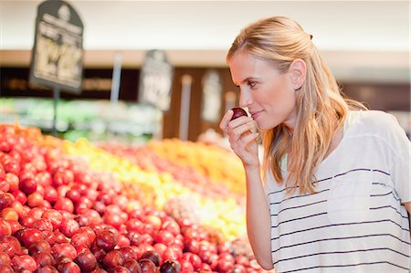 Woman shopping in grocery store Stock Photo - Premium Royalty-Free, Code: 649-06717191