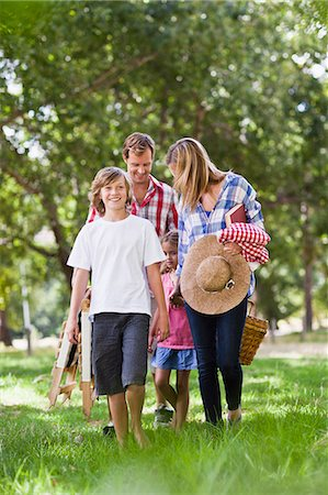 Family with picnic basket in park Stock Photo - Premium Royalty-Free, Code: 649-06717249