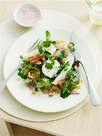 salad - Goats Cheese, pear and hazelnut salad with bitter leaves Stock Photo - Premium Royalty-Free, Code: 649-06812186