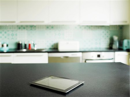 Digital tablet on kitchen counter Stockbilder - Premium RF Lizenzfrei, Bildnummer: 649-06829618