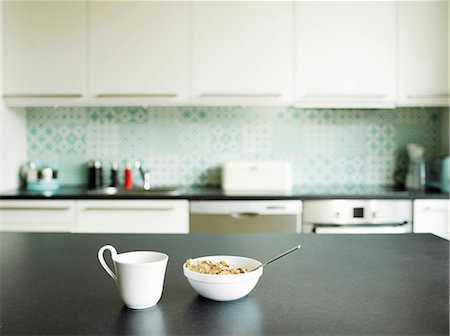 Breakfast of tea and cereal on kitchen counter Stockbilder - Premium RF Lizenzfrei, Bildnummer: 649-06829619