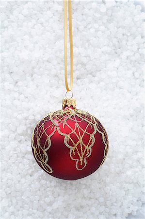 Red bauble with gold decoration Stock Photo - Premium Royalty-Free, Code: 649-06830071
