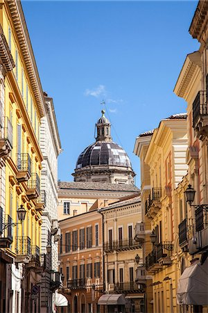 flat (apartment) - Street scene and church dome in Chieti, Abruzzo, Italy Stock Photo - Premium Royalty-Free, Code: 649-06845298