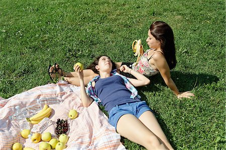 Two young females sharing a picnic Stock Photo - Premium Royalty-Free, Code: 649-07064320