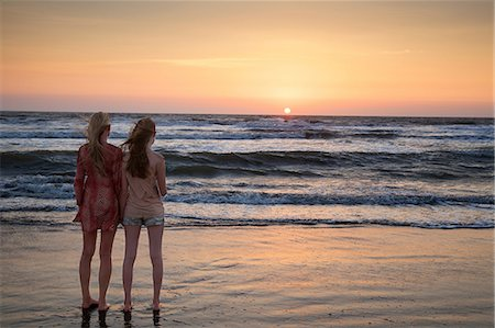 Mother and daughter looking at sunset Stock Photo - Premium Royalty-Free, Code: 649-07118145