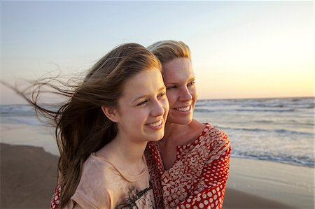 Mother and daughter looking into distance Stock Photo - Premium Royalty-Free, Code: 649-07118153