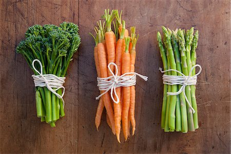 Bunches of carrots, broccoli and asparagus tied with string, still life Stock Photo - Premium Royalty-Free, Code: 649-07239331