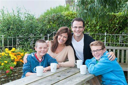 short hair - Family portrait at picnic bench Stock Photo - Premium Royalty-Free, Code: 649-07436679