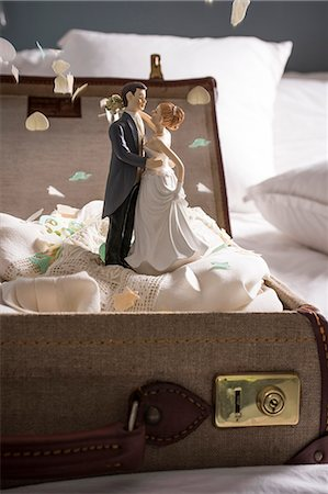remembered - Open suitcase on bed with wedding figurines and confetti Stock Photo - Premium Royalty-Free, Code: 649-07437015