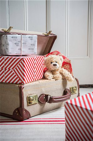 Suitcase filled with wrapped gifts and teddy bear Stock Photo - Premium Royalty-Free, Code: 649-07437025
