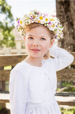 pretty - Portrait of young bridesmaid with floral headdress Stock Photo - Premium Royalty-Free, Code: 649-07520338