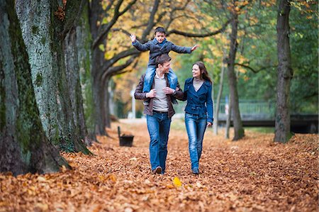 fall - Family strolling through autumn leaves in park Stock Photo - Premium Royalty-Free, Code: 649-07560173