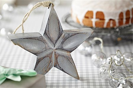 Star decoration in front of iced cake Stock Photo - Premium Royalty-Free, Code: 649-07647824