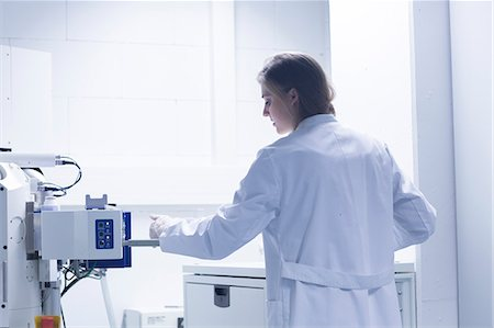 science & technology - Female scientist in lab using scanning electron microscope Stock Photo - Premium Royalty-Free, Code: 649-08085222