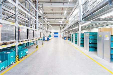 Aisle of industrial warehouse with storage shelving Stockbilder - Premium RF Lizenzfrei, Bildnummer: 649-08085645