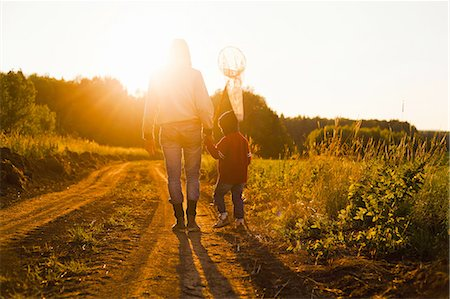 rustique - Rear view of father and son with butterfly net walking along dirt track at sunset, Sarsy village, Sverdlovsk Region, Russia Photographie de stock - Premium Libres de Droits, Code: 649-08085811