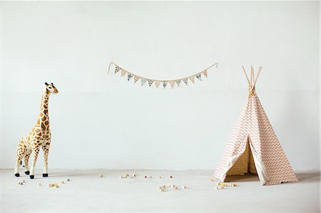 Still life with toy giraffe, teepee and bunting Stock Photo - Premium Royalty-Free, Code: 649-08086119