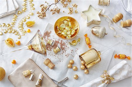 White and gold colored still life with confectionery and variety of objects Stock Photo - Premium Royalty-Free, Code: 649-08086756