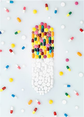 Medical pills and tablets in shape of drug capsule and scattered Stock Photo - Premium Royalty-Free, Code: 649-08118540