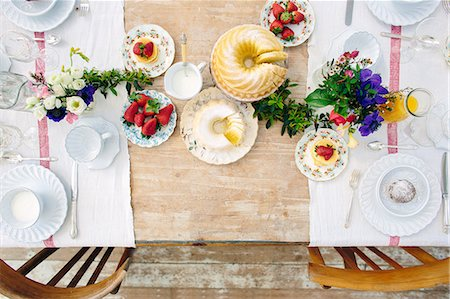 Overhead view of traditional Italian breakfast table with strawberries and pancakes Stockbilder - Premium RF Lizenzfrei, Bildnummer: 649-08543288