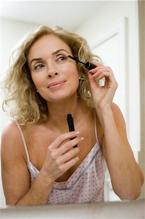 Woman doing make up Stock Photo - Premium Royalty-Free, Code: 649-02732376