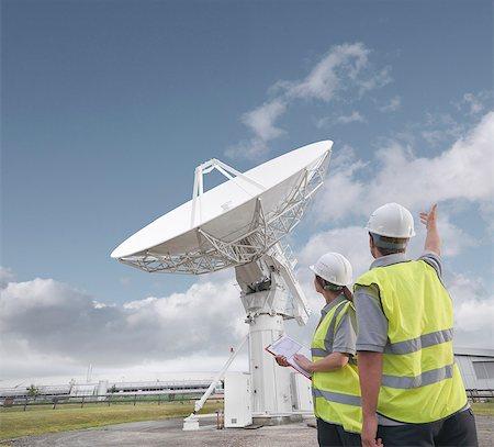 radio telescope - Workers with satellite dish Stock Photo - Premium Royalty-Free, Code: 649-03622491